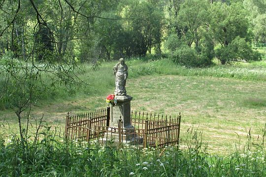 Kamienna figura maryjna w Lasówce pochodząca z 1883 lub 1885 roku.