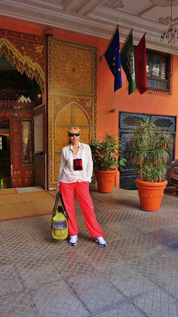 Изображение туристка у центрального входа в отель