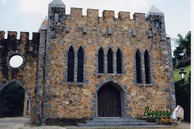 Detalhes com pedra folheta nos cantos, portas e janelas na construção do castelo de pedra.
