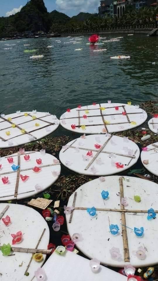 Thả 30.000 hoa đăng trên biển: Đừng nhân danh Phật pháp, báo hiếu!