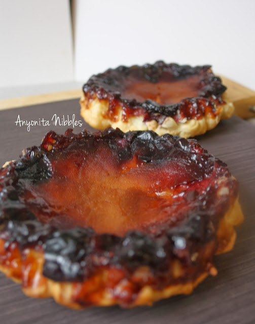 Caramel clings to the paper-thin apple slices in this easy apple and blueberry mini tarte Tatin recipe from www.anyonita-nibbles.com