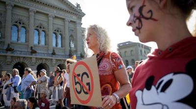 السبت الماضي تظاهر ألاف السويسريين في العاصمة السويسرية برن ضد مشروع بناء شبكات الجيل الخامس للإتصالات 5G في البلاد، وذلك وفقا لعدة مصادر صحفية أوروبية.. حيث أن المتظاهرين يخشون أن تحمل هذه التقنية مخاطر صحية.