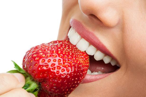 الفراولة لتبييض الاسنان والتخلص من الاسنان الصفراء