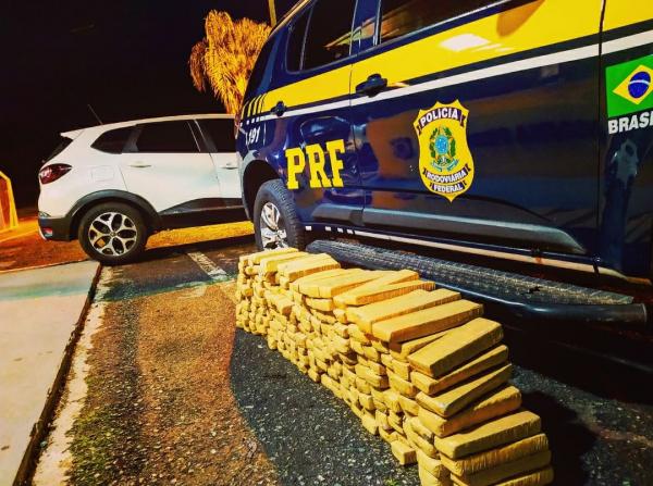 PRF recupera carro roubado em Colombo usado para transporte de drogas na cidade de Balsa Nova
