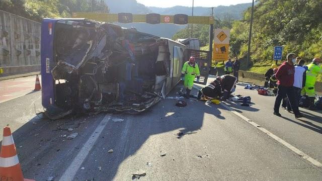 Ônibus com time do Umuarama Futsal tomba, mata duas pessoas e fere 20 na BR-376