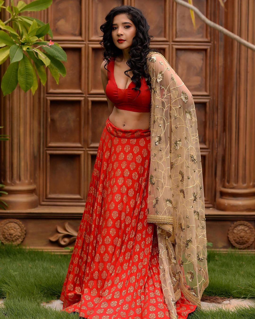Actress Sakshi Agarwal Latest Hot Navel and Cleavage Show in Half Saree - actressbuzz.com