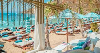 Οι νέες οβάλ ξαπλώστρες του Νammos στη Μύκονο κάνουν 2.800€ η μια και τις σχεδίασε Έλληνας