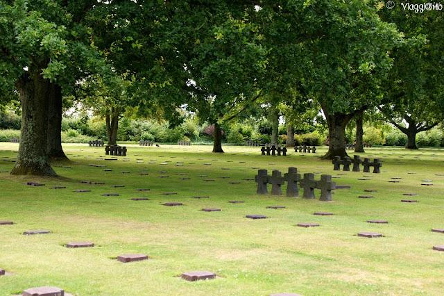 Lapidi e croci nel cimitero tedesco in Normandia