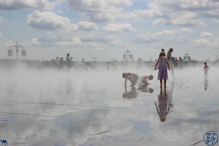 Le Chameau Bleu - Blog Voyage à vélo en Gironde - Miroir d'eau à Bordeaux