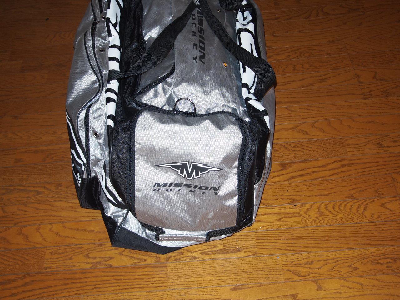 1d8c89f57d7a このバッグを選んだのは、スケートシューズ用、ヘルメット用、その他用と、大きなコンパートメントに別れていて、使いやすそうだったのと、軽い物が欲しかったので、  ...