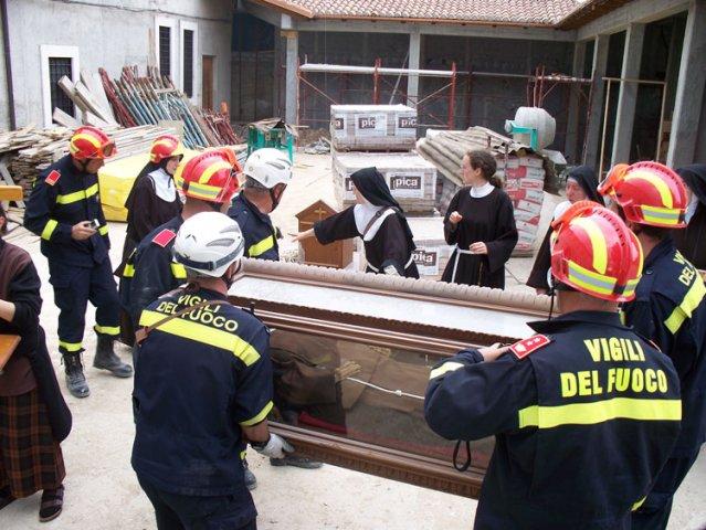 Papa recebe as Irmãs Clarissas do Mosteiro Santa Clara de Pagânica (L'Aquila), região atingida por terremoto em 2009