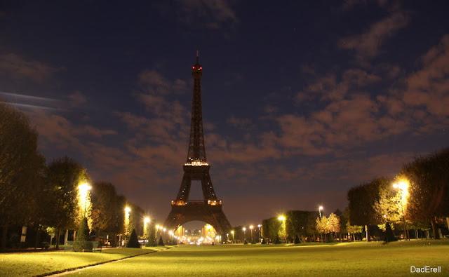 La Tour Eiffel et le Champ de Mars à Paris aux aurores