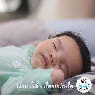 Um bebê dormindo
