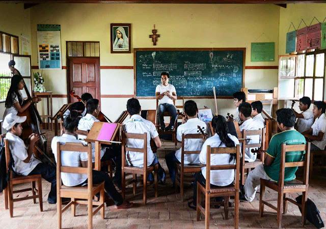Aula no conservatório. Os recursos faltam, bispos não ajudam, autoridades chavistas tampouco, mas entusiasmo pela música barroca atrai novos candidatos.