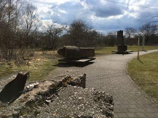 Mauerreste der Zeche Vondern stehen auf kleinen Podesten am Wegesrand