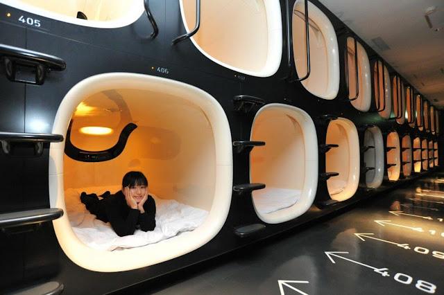 Đây được xem là một trong những phát minh hữu dụng nhất ở Nhật Bản đông dân. Thay vì xây dựng theo cách bình thường, phòng ngủ trong các khách sạn được thiết dưới dạng buồng khoang nối liền nhau rất đặc biệt. Dù không tốn quá nhiều không gian để xây dựng nhưng nó lại khiến nhiều người tỏ ra thích thú. Quan trọng hơn nữa là những khách sạn kiểu này dành cho du khách ở mọi tầng lớp mà không phân biệt giàu nghèo, địa vị cao thấp.