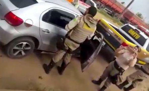 AGENTE DO DMTU DE MARABÁ TENTA ARRANCAR MOTORISTA DE VEÍCULO A FORÇA – ASSISTA O VÍDEO..
