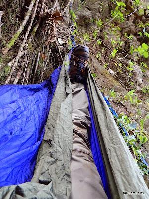 QuercusMX acostado en su hamaca al pié de la cascada El Mante