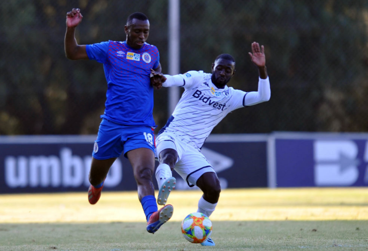 Siyabonga Nhlapo tackles Bidvest Wits' Deon Hotto