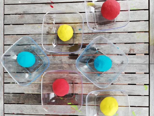 plasticina caseira azul, amarela e vermelha