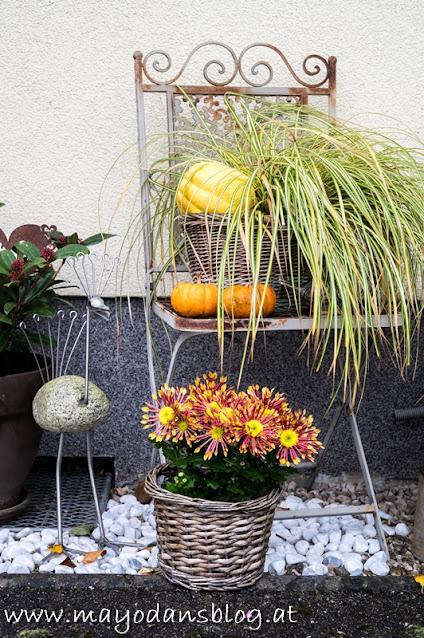 Herbstlich dekorierter Gartenstuhl