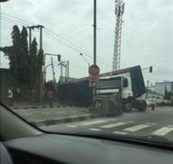 Another Container Falls Along The Road In Lagos (Photos)
