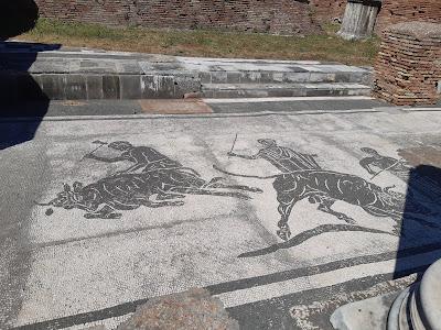 Mozaika w ruinach koszar