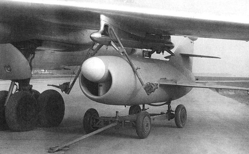 O KS-1 Kometa sendo instalado em um bombardeiro Tu-16