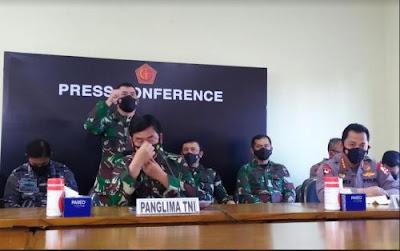Menahan air mata Panglima TNI mengirimkan petugas 402 tanggal tenggelam RVmatkRb7a Menahan air mata Panglima TNI mengirimkan KRI Nanggala 402 resmi tenggelam