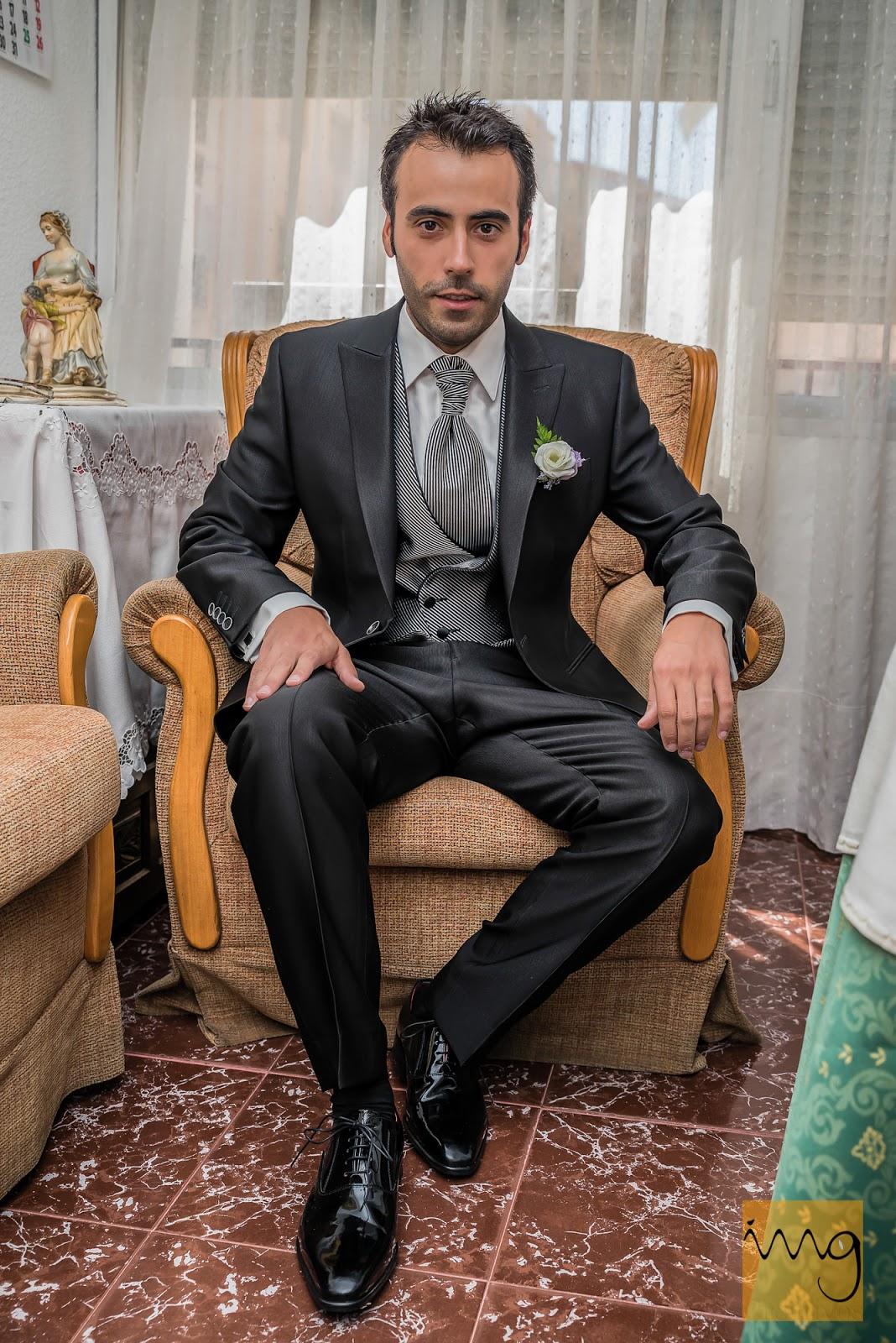 Fotografía del novio sentado