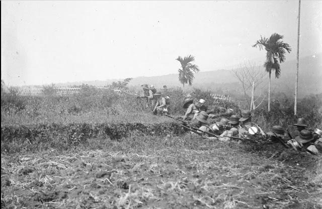 Pasukan Belanda membidikkan senapannya ke arah Pasukan Bone