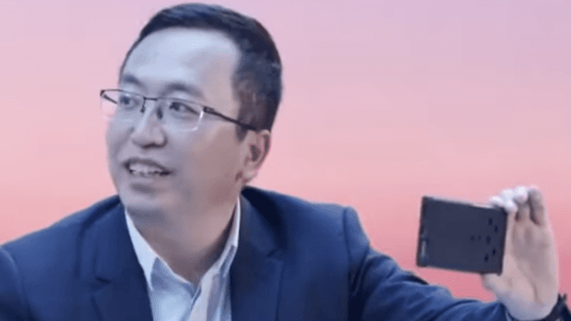 HONOR CEO George Zhao with the pre-production Magic 3