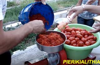Μάθε πως να κάνεις σάλτσα ντομάτας και ποντιακό τσατσιμπέλι (ΒΙΝΤΕΟ)