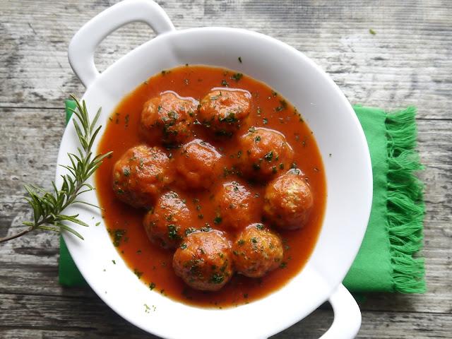 Klopsiki z indyka w sosie pomidorowym - fit - Czytaj więcej »