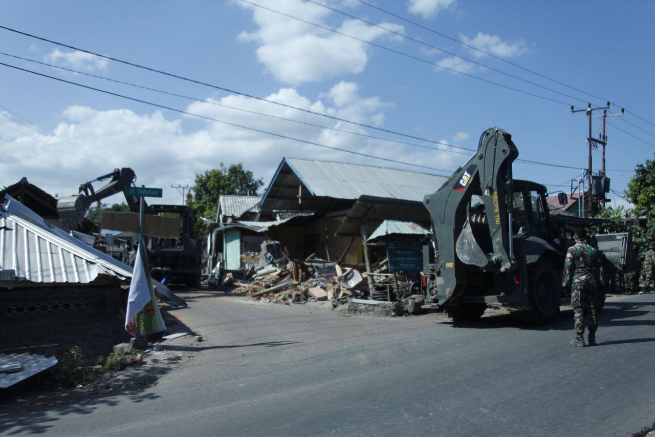 Prajurit Tni Terus Bersihkan Reruntuhan Rumah Korban Gempa Di Lombok Untuk Sebanyak 1 Satuan Setingkat Kompi Ssk Berkekuatan 100 Personel Beserta 5 Lima Alat Berat Dan Dump Truk Kegiatan Ini Terbagi Beberapa Titik