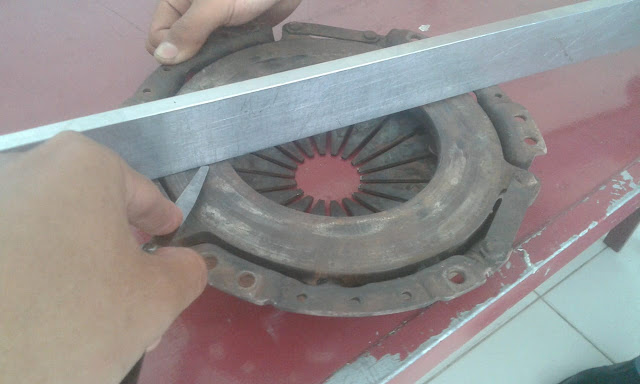 mengukur celah kelengkungan dengan feeler gauge