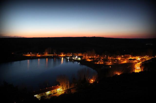 Vista nocturna de la laguna del Rey y del pueblo de Ruidera