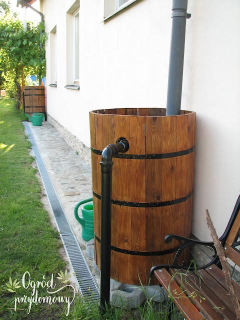 drewniana beczka na deszczówkę, beczka na deszczówkę z drewna, ogród przydomowy
