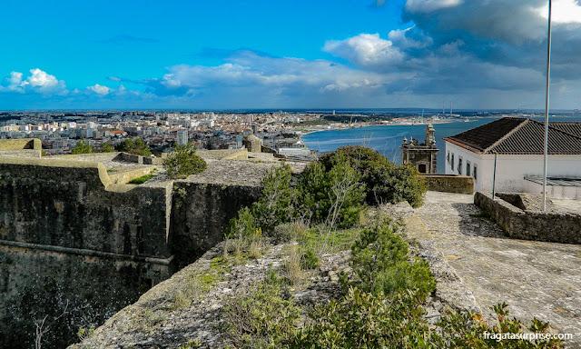 Portugal: a cidade de Setúbal e a Foz do Rio Sado vistos do alto do Castelo de São Filipe