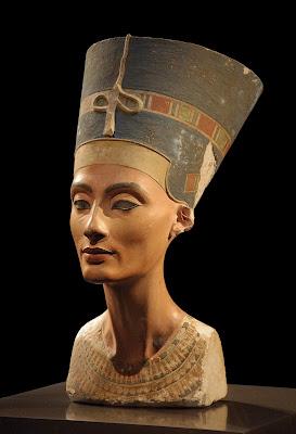 Η βασίλισσα Νεφερτίτη στο διάσημο πορτραίτο της που βρέθηκε στην Αμάρνα, στην οικία του γλύπτη Τούθμωση.