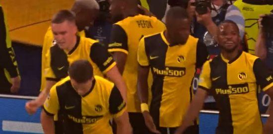 فرحة لاعبي يونغ بويز بتحقيق الفوز على مان يونايتد