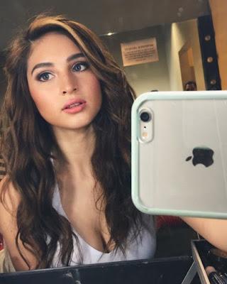 Cewek Selfie cewek manis hanphone bari