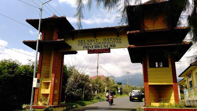 Gerbang Desa Wisata Poncokusumo, Malang/ Dok. Iwan Tantomi)