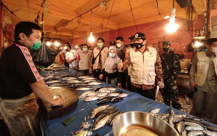 Sidak Pasar Jelang Idul Fitri, Wawako Zulhelmi Himbau Pedagang dan Pembeli Taat Prokes Covid-19