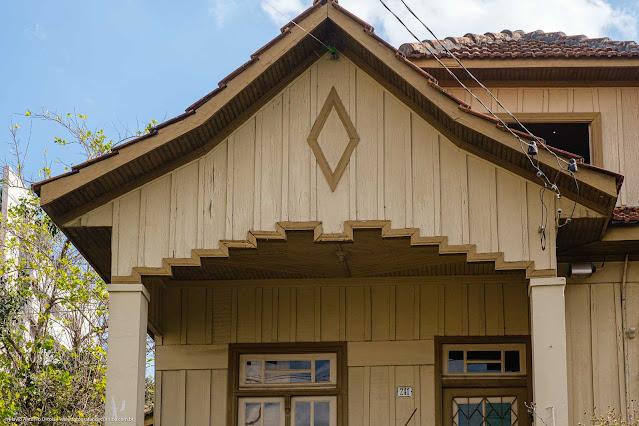Casa de madeira - detalhe decorativo no pórtico