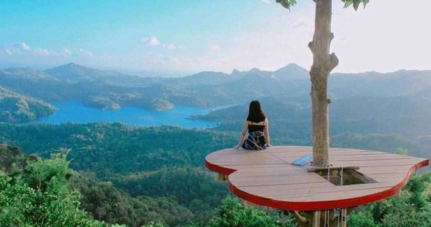Menikmati indahnya wisata yang kamu kunjungi mampu mengembalikan suasana hati