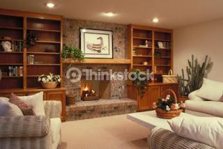 Prenatrpana dnevna soba z omarami.