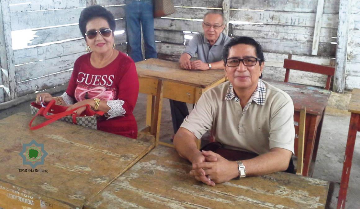 Ferry Sumakud bersama istri dan rekan masa kecilnya di objek wisata replika SD Laskar Pelang tahun 2016. repro by petabelitung.com tahun 2020.