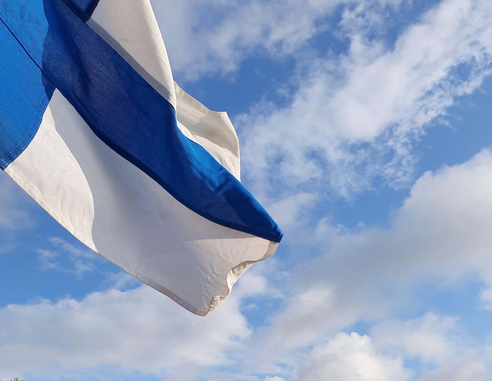Suomen siniristilippu liehuu