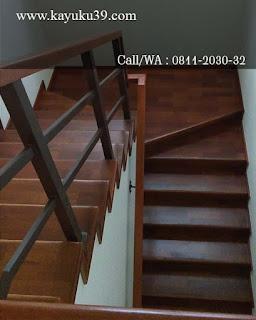 tangga menggunakan lantai kayu